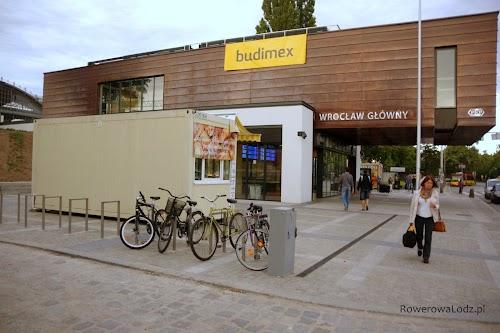 Pomiędzy PKP Wrocław Główny a dworcem PKS Wrocław Centralny, znajduje się kolejny parking rowerowy