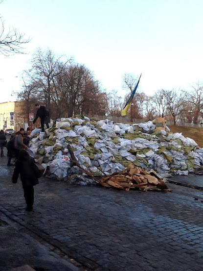 Барикада біля Українського дому
