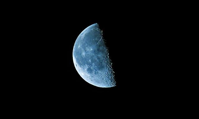 moon photo половинка луны