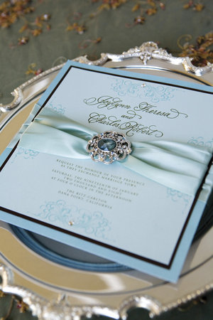 Invitacion con broche celeste para boda