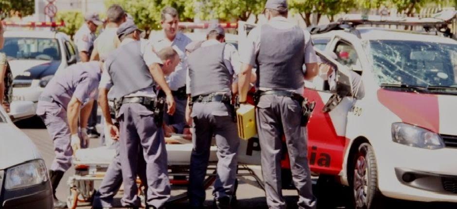 Viatura da PM capota após perseguição a motocicleta no centro da cidade.