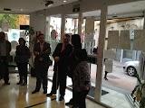 La imagen muestra la llegada de la Alcaldesa a la agencia de la ONCE en Motril.