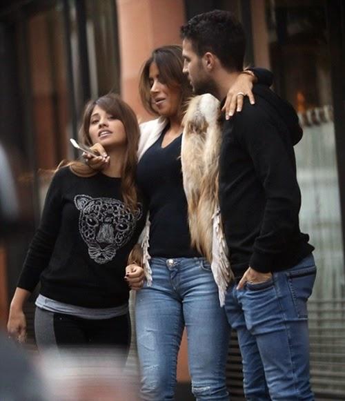 Fabregas và bạn gái đưa người yêu Messi dạo phố