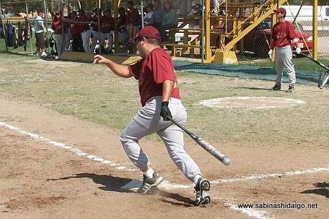 Roberto Cárdenas bateando por Cárdenas Trucking en el softbol sabatino