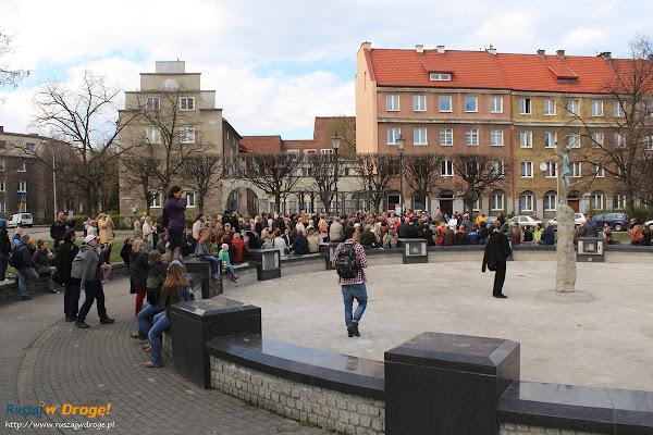 grupa spacerowiczów na placu Wybickiego