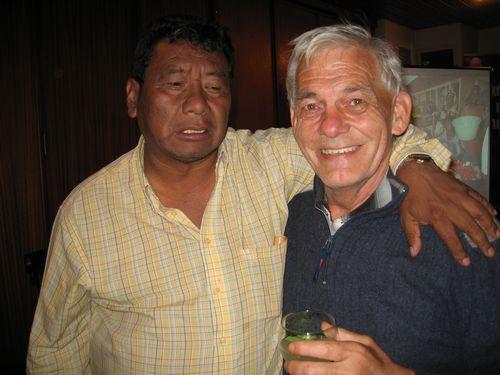 Alberto (links)  gaf ons zicht op de Openbare Diensten (onderwijs, economie, leger, transport,...) in Guatemala