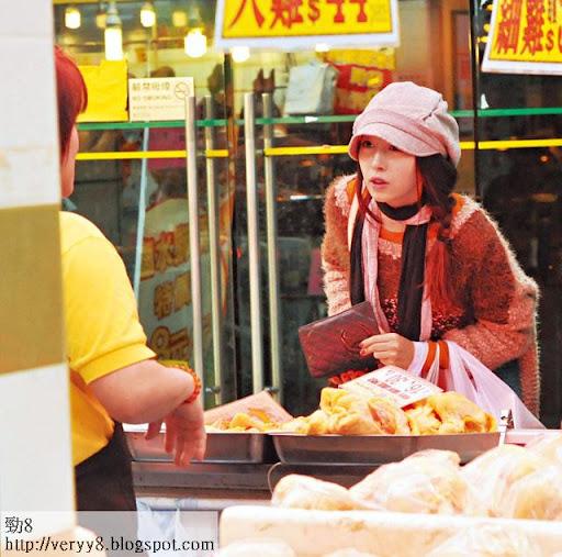曾是「美少女廚神」的 JJ,上週四單拖去街市買餸,揀隻大肥雞,返家為男友炮製愛心晚餐。