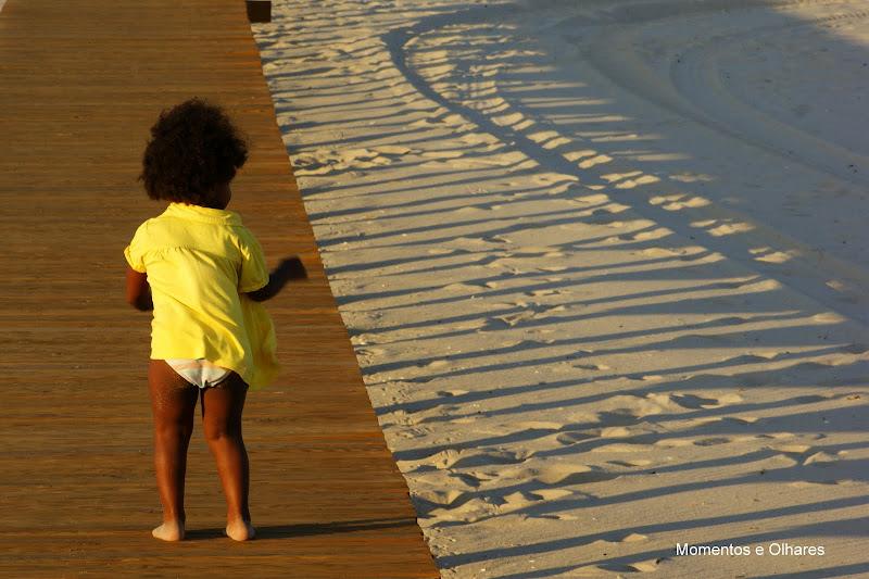 a menina de amarelo