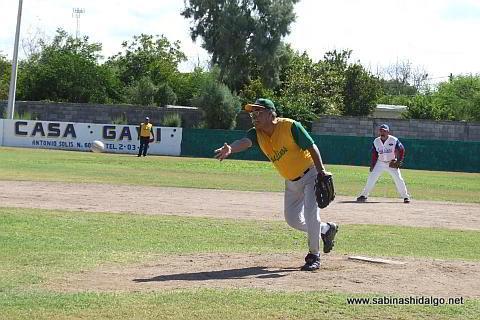 José Ángel Alvarado lanzando por Insulinos en el softbol de veteranos