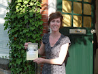 Sanne Parlevliet met haar boek Juttersjong