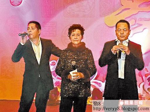 尹國駒(崩牙駒)(右)與胞弟尹國雄前晚在母親壽宴,兄弟上台高歌一曲《念親恩》,令駒媽(中)感動到喊。