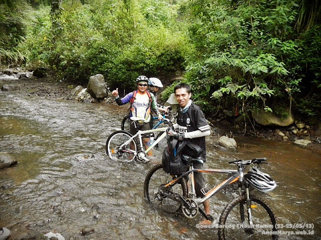 Menyeberangi sungai dangkal di track Cangar - Batu