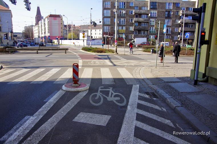 Wyjazd z kontrapasa i pomagająca sygnalizacja świetlna (po prawej). Ulica św. Mikołaja