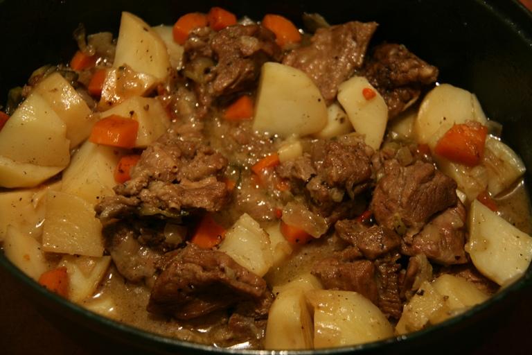 Говядина с картошкой в сковороде