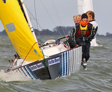 J/22 one-design sailboat- sailing with women's team