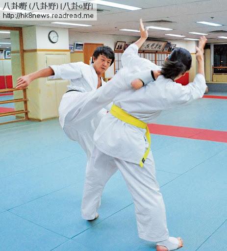 施祖男修習的極真空手道,對打時禁止戴護具,他飛腳踢中師弟,對方無可避免受輕傷。