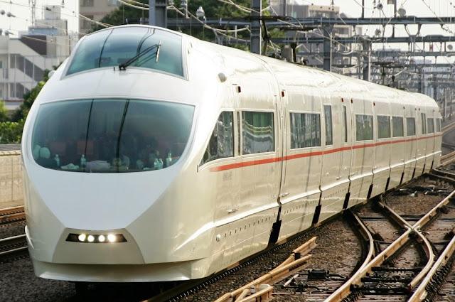 Tàu điện Odakyu tại một đường ray của Nhật bản