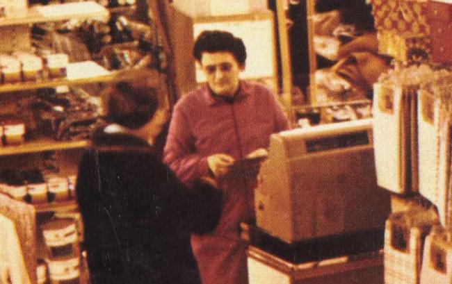 Fascicule éducatif vintage : Maman est vendeuse dans un grand magasin. - Pour vous Madame, pour vous Monsieur, des publicités, illustrations et rédactionnels choisis avec amour dans des publications des années 50, 60 et 70. Popcards Factory vous offre des divertissements de qualité. Vous pouvez également nous retrouver sur www.popcards.fr et www.filmfix.fr