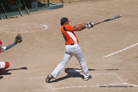 Iván Buentello en el softbol dominical