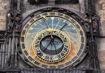 Detalle de reloj astronómico y la cuatro figuras de Praga