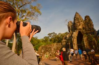 Poludniowa brama do Angkor Thorn oblegana przez malpki i zaaferowanych turystów