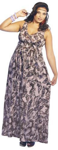 modelo plus size usando vestido longo