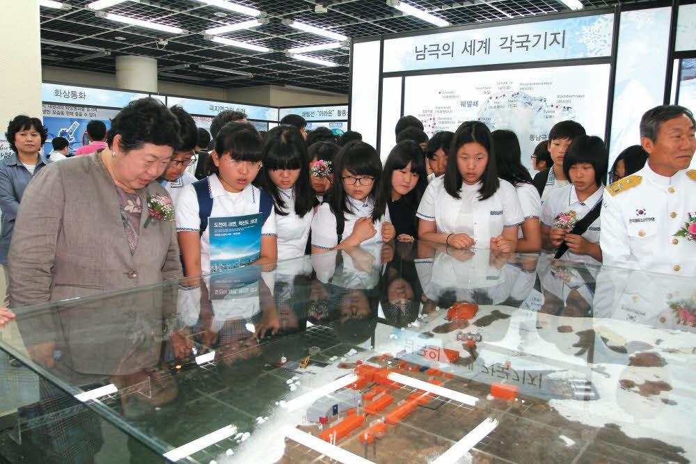 2011 극지전시회 전시물을 둘러보는 극지연구소장과 학생들