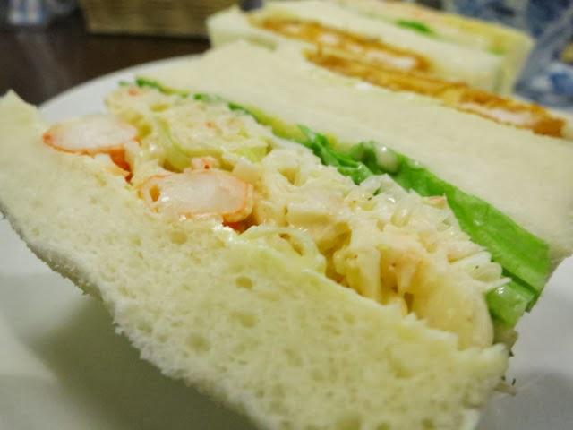 和えられたキャベツも絶品なタラバガニサンドイッチ
