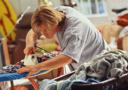 Homem passando roupa
