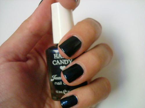 siyah oje ve beyaz el