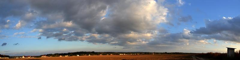поле поруч з цвинтарем