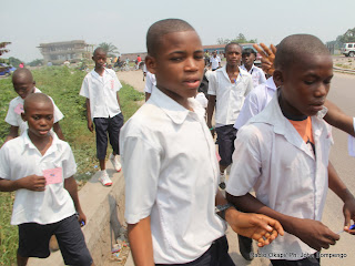 Des élèves de 6ème primaire de Kinshasa le 08/06/2012, sur une des avenues de la commune de limete, après le Test national de fin d'études primaires (Tenafep). Radio Okapi/ Ph. John Bompengo