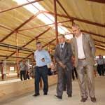 председатель СХПК «Пламя» Иван Пырин (в центре) рассказывает гостям о реконструкции двора.