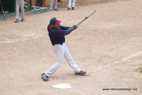 Rogelio Cárdenas de Tigres en el softbol dominical