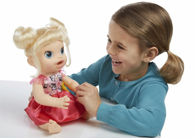 """Búp bê Bé yêu tập ăn Baby Alive có thể cất tiếng nói """"trò chuyện"""" cùng chị"""
