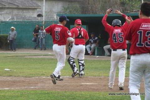 Magdaleno García anotando por Cerveceros en el beisbol municipal