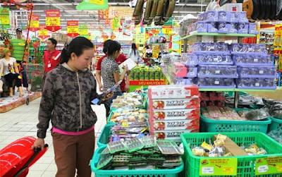 hotel-da-nang-shopping-at-a-local-supermarket