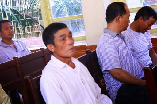 Ông Lý Văn Chúc (bố đẻ Chung) và người thân có mặt tại tòa từ sớm với vai trò liên quan. Ảnh: Đỗ Mến.