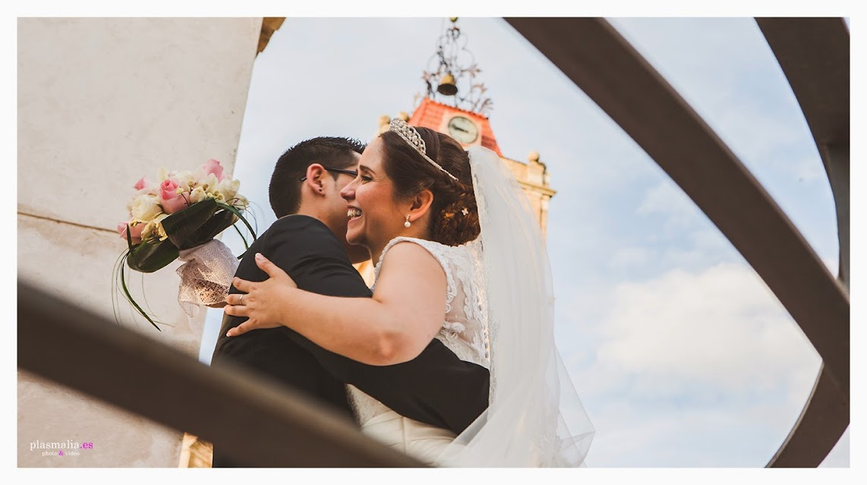 Fotografías de boda en Toledo dónde unos novios se abrazan.