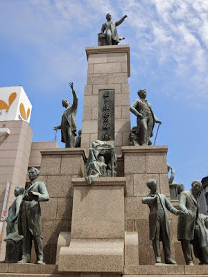 鹿児島中央駅(旧西鹿児島駅)前の「若き薩摩の群像」