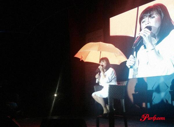 Regine Velasquez while performing in the Rain, she hands her Umbrella