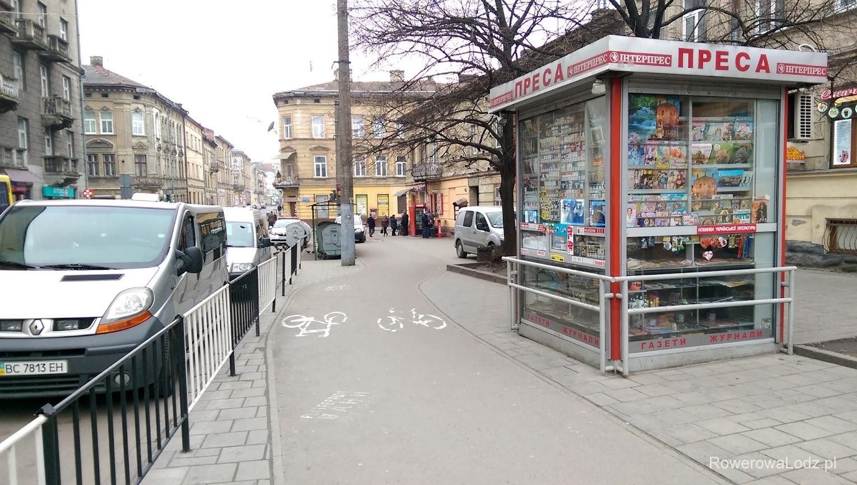 Tak, to jest kiosk. Tu był chodnik. Urzędnicy nie chcieli zabierać przestrzeni dla samochodów więc skłócono pieszych z rowerzystami.