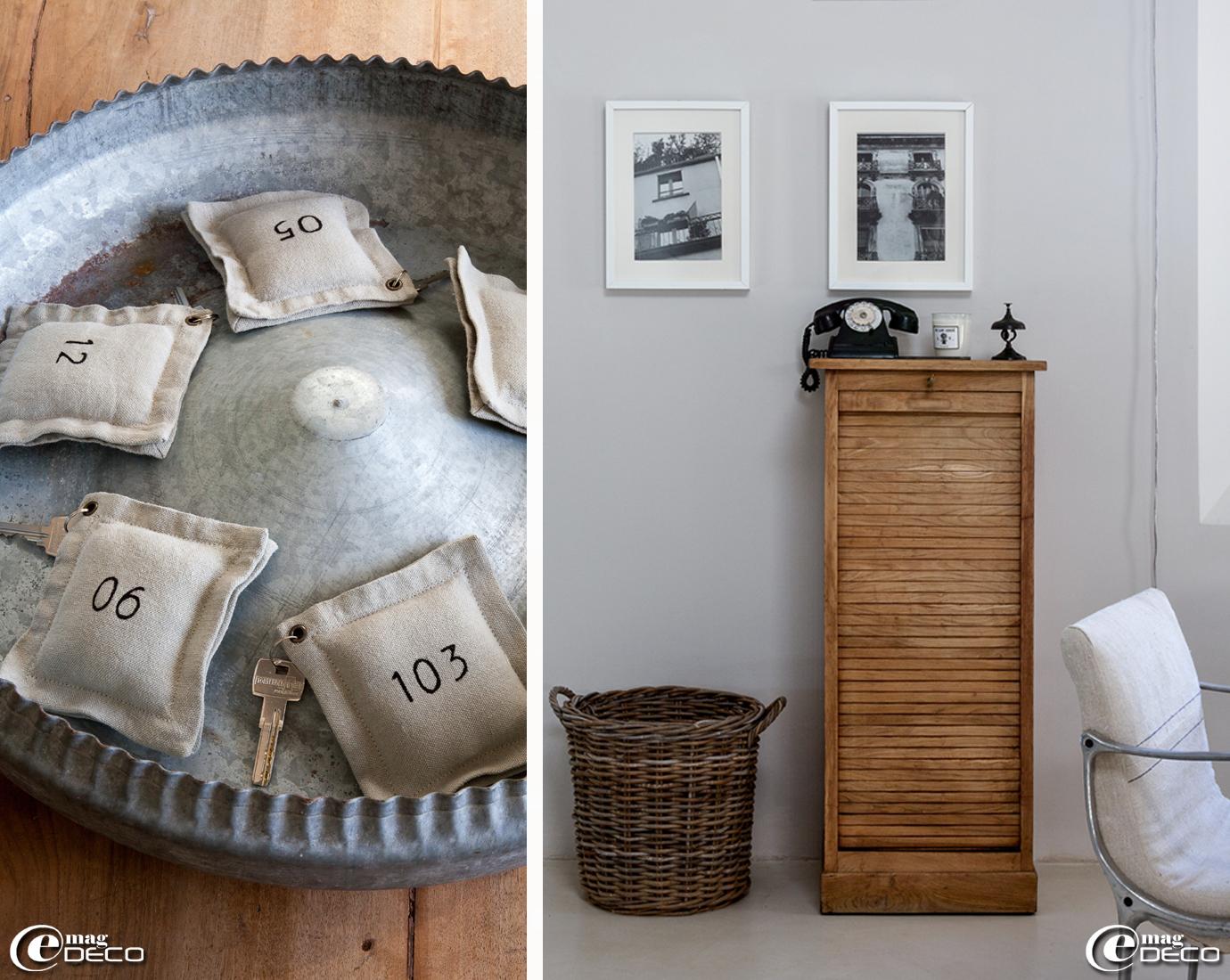 Un plat en zinc chiné contient les clés des chambres d'hôtes, sur un ancien classeur de bureau en bois, une bougie 'Astier de Villatte'