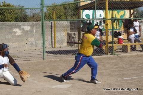 Benito Pérez bateando por Insulinos en el softbol de veteranos