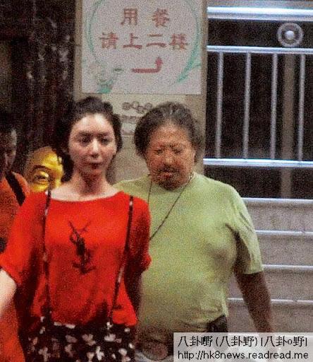 9月橫店 <br><br>上月底,王沁宜在微博稱認同「張小嫺愛男人大肚腩好玩又可愛」的言論,擺明向肥大肉厚的大哥大示愛,當晚二人到「廣州食府」食完廣東菜,前後腳步出。