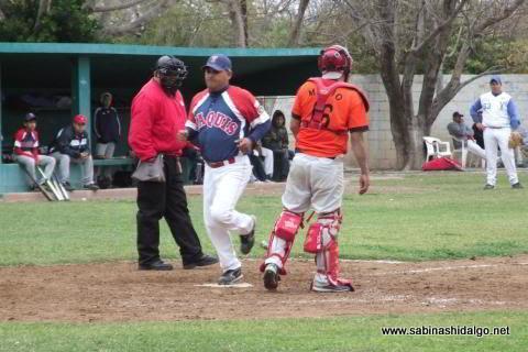 Ricardo Pacheco anotando para Yaquis en el beisbol municipal