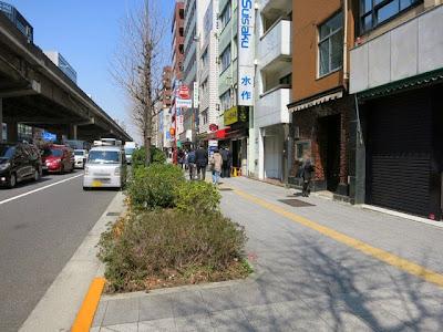 昭和通りに面した「カレーは飲み物。」