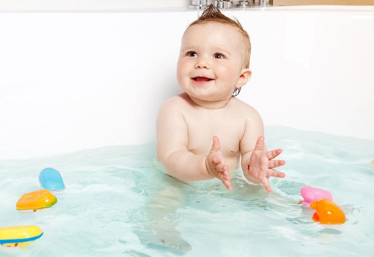 baby bath basics Những điều sai lầm của mẹ khiến cho trẻ thêm ốm vào mùa lạnh