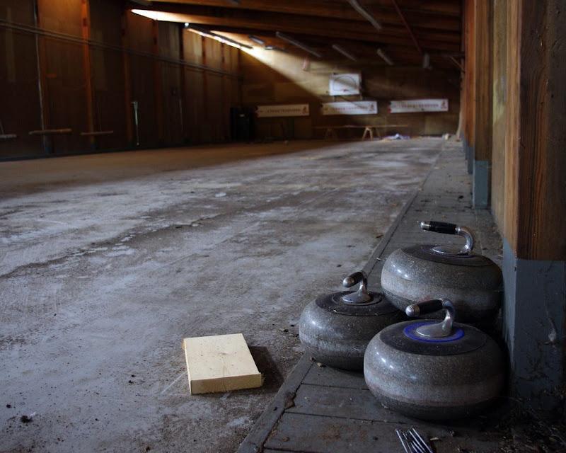Заброшенный зал для игры в кёрлинг.