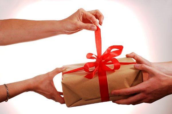 Подарок в День рождения, на 8 Марта в упаковке с красной лентой